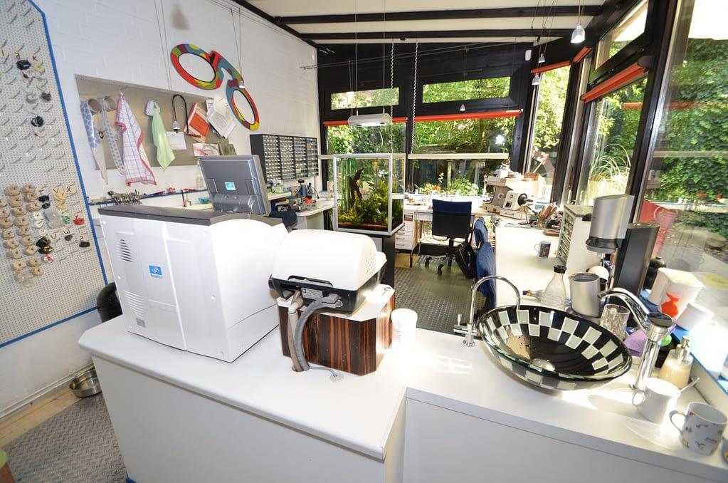 Foto der Werkstatt mit Aquarium